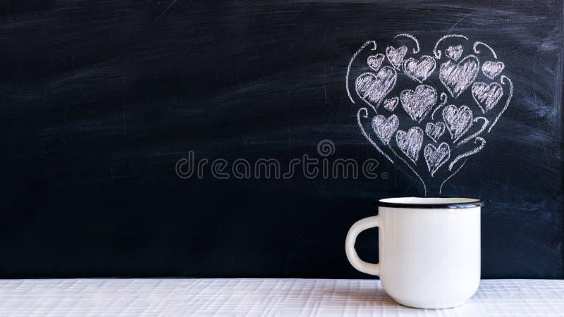 Weißmetall emaillierte Schale und Kreide-gezeichnete kleine Herzen in für stockfotografie