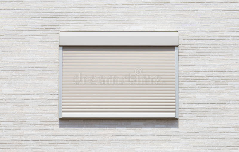 Weißmetallrolltorfensterladen stockfotos