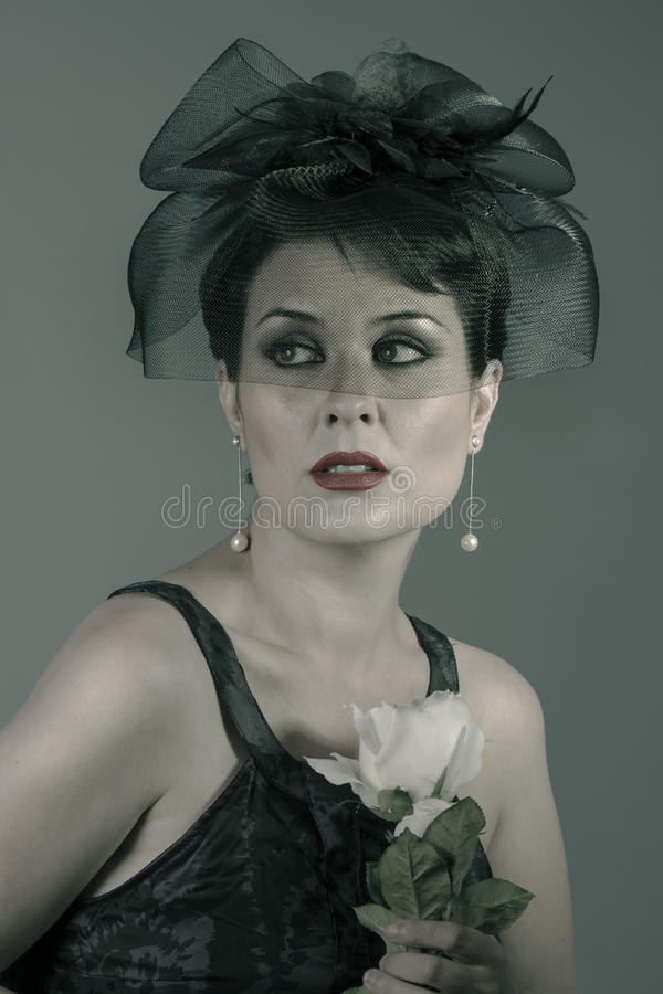 Weißrose, dunkles Porträt einer schönen jungen Witwe kleidete herein an lizenzfreie stockfotografie