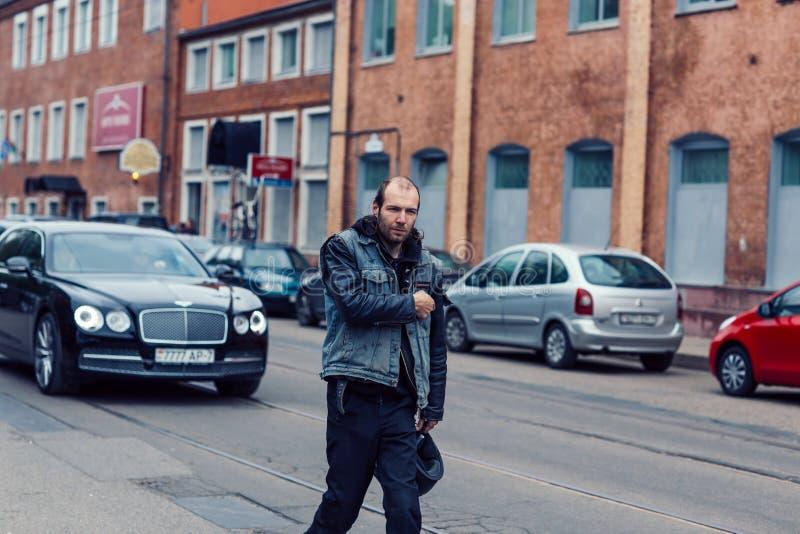 Weißrussland, Minsk, kann 17, 2015, Oktyabrskaya-Straße, Radfahrerfestival männlicher Radfahrer, der hinunter eine Stadtstraße ge stockfotografie