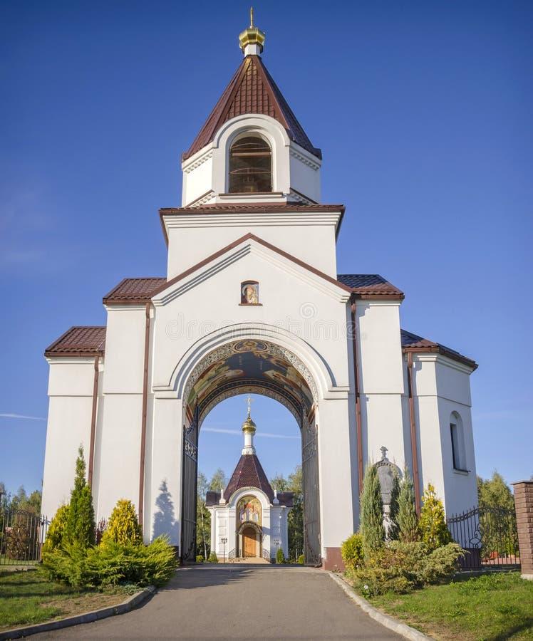 Weißrussland, Minsk, Tarasovo: orthodoxe Geburt Christis-Kirche - der Haupttor und eine Kapelle stockfotografie
