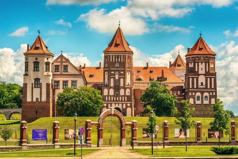 Weißrussland: Mir Castle im Sommer lizenzfreies stockbild