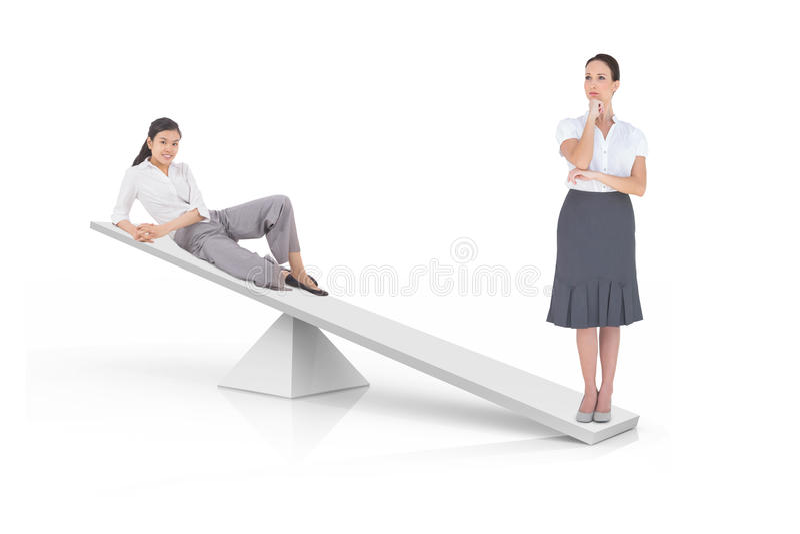 Weißskalen, die zwei Geschäftsfrauen messen stockbilder