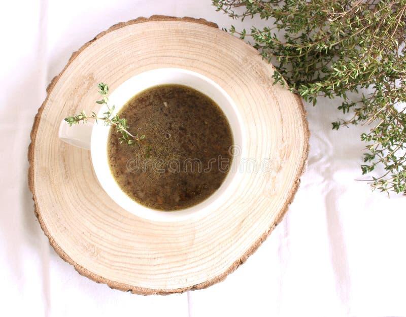 Weißwallinsensuppe mit Winter-wohlschmeckenden Kräutern auf einem weißen Hintergrund Gerade wie die rote Linse, braucht es nicht, lizenzfreies stockfoto