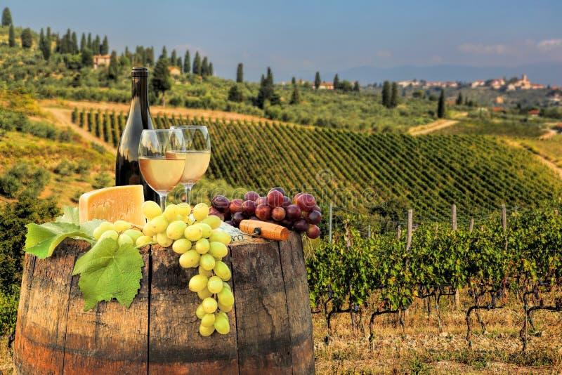 Weißwein mit Fass auf Weinberg im Chianti, Toskana, Italien stockfotografie