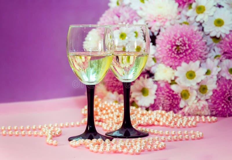 Weißwein oder Champagner, Perlenperlen und Blumen stockbild