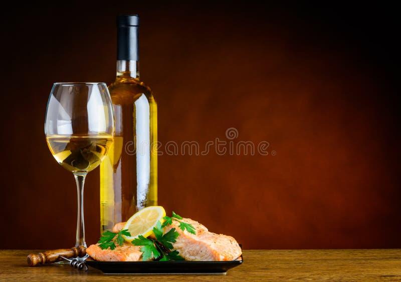 Weißwein und gekochte Fische mit Kopien-Raum lizenzfreies stockbild
