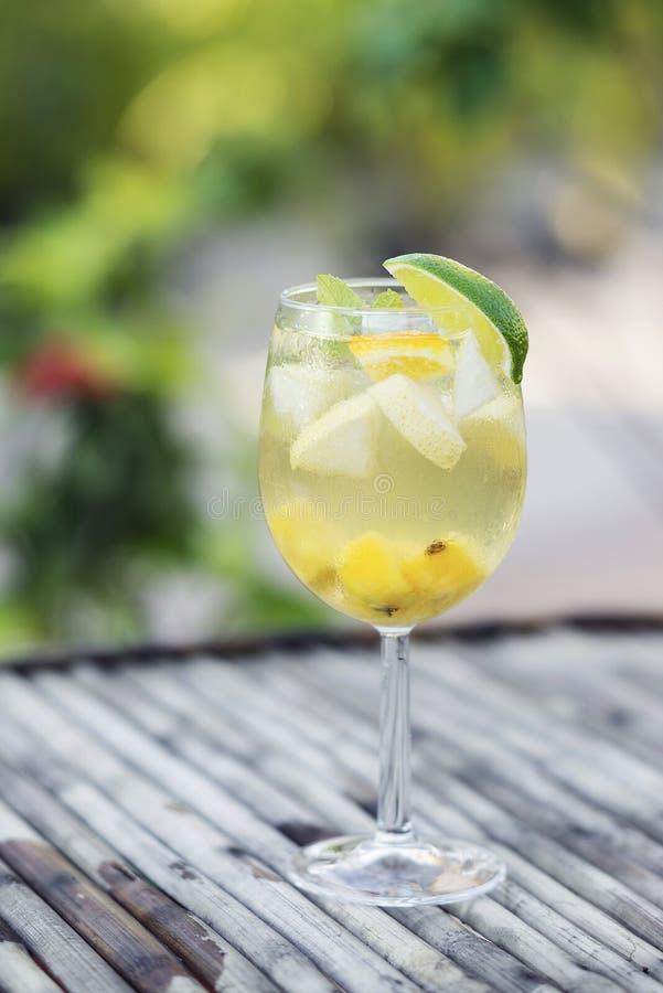 Weißweinsangria-Glascocktail lizenzfreies stockfoto