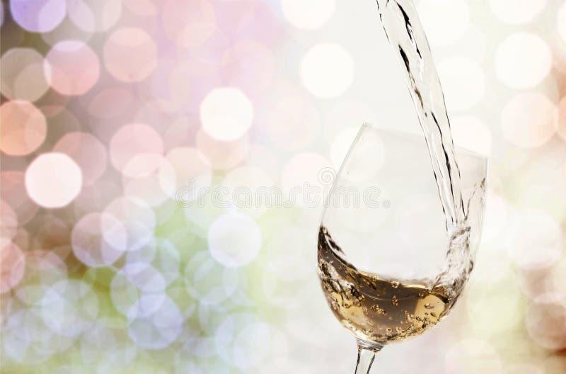 Weißweinspritzen auf Hintergrund stockbild