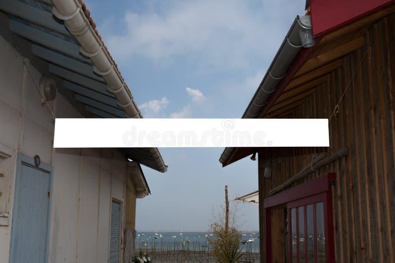 Weiße Anschlagtafel unter hölzernem Geschäft zwei für die Werbung stockfotos