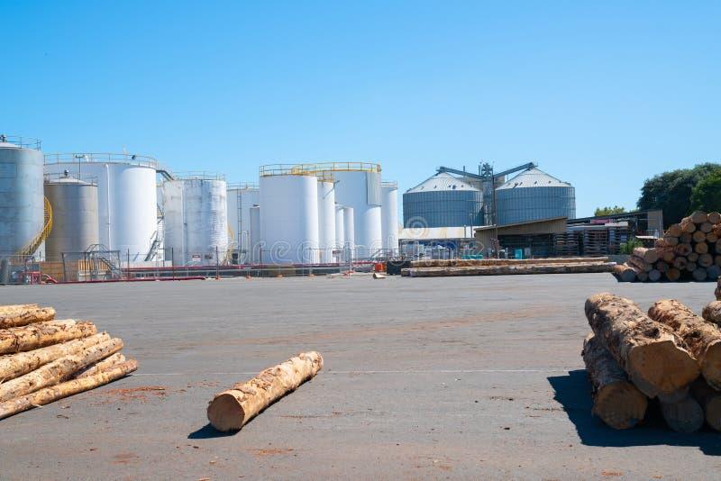 Weiße Großraumspeicherbehälter über Siegelyard mit wenigen meldet Boden an stockfotografie