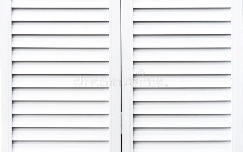 Weiße hölzerne Fensterläden, zum von Fenstern vor Sonnenlicht zu schützen lizenzfreies stockbild