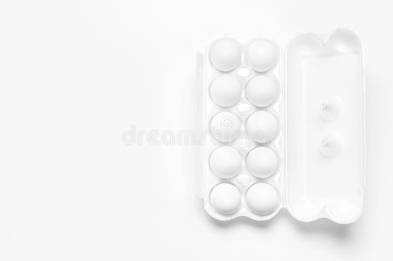 Weiße Hühnereien im weißen Verpacken auf hellem Kopienraum der Draufsicht des Hintergrundes flachem gelegtem Eier im Kasten, natü stockbilder