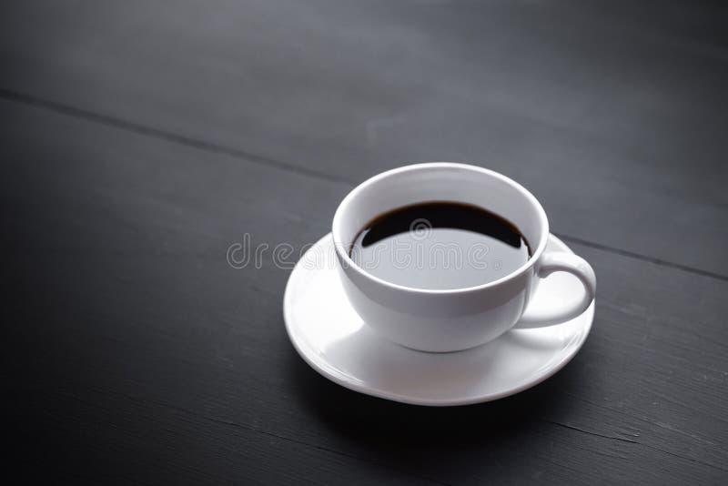 Weiße keramische Kaffeetassen und Kaffeebohnen lizenzfreies stockfoto