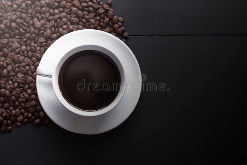 Weiße keramische Kaffeetassen und Kaffeebohnen lizenzfreies stockbild