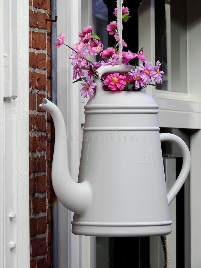 Weiße Petaled Blume mit Teekannen-Vasen-hängender Verzierung lizenzfreies stockbild