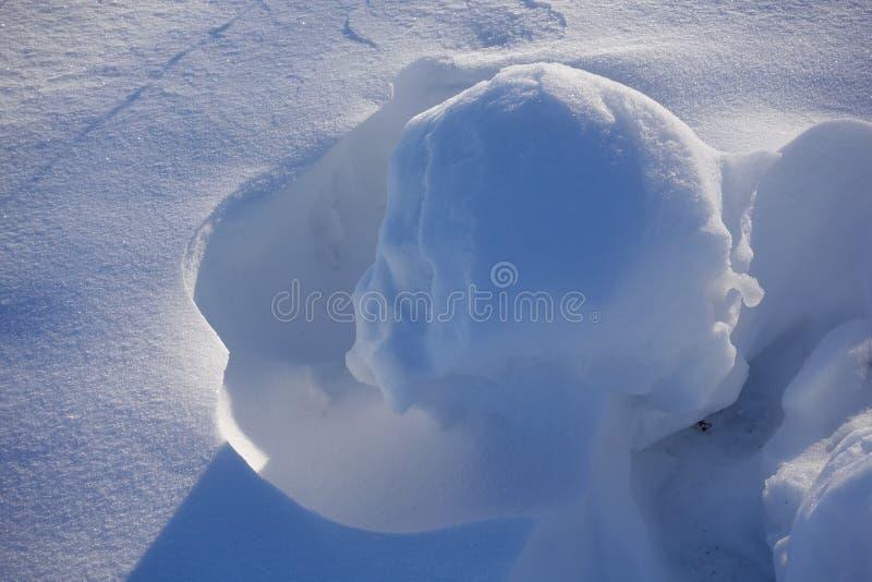Weiße Schneeflocken auf einem blauen Hintergrund Auszug Schnee-Antriebe Fließende Übergänge von Linien des Lichtes und des Schatt lizenzfreies stockbild