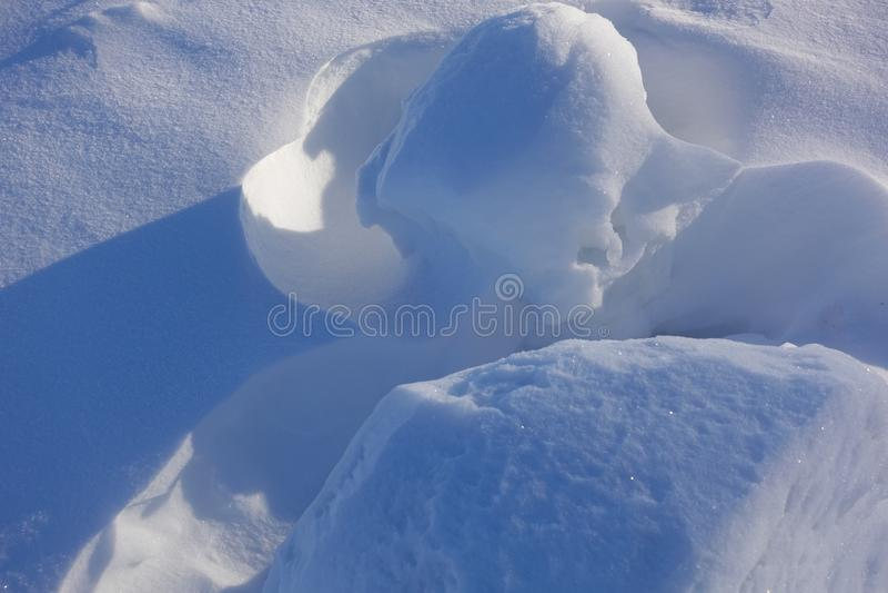 Weiße Schneeflocken auf einem blauen Hintergrund Auszug Schnee-Antriebe Fließende Übergänge von Linien des Lichtes und des Schatt lizenzfreie stockfotos