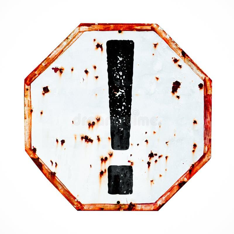 Weißer des Ausrufezeichengefahrenwarnzeichens grungy und roter alter rostiger StraßenVerkehrszeichen-Beschaffenheitshintergrund stockfoto