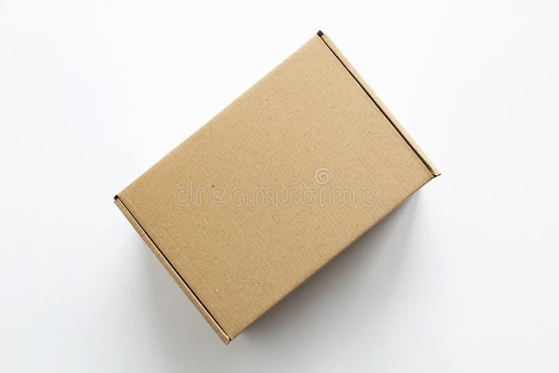 Weißer Hintergrund der Kartonpappgeschenkbox lizenzfreie stockbilder
