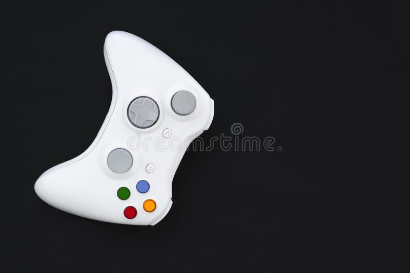 Weißer Steuerknüppel auf schwarzem Hintergrund Das gamepad für die Konsole wird auf einem dunklen Hintergrund lokalisiert lizenzfreies stockfoto