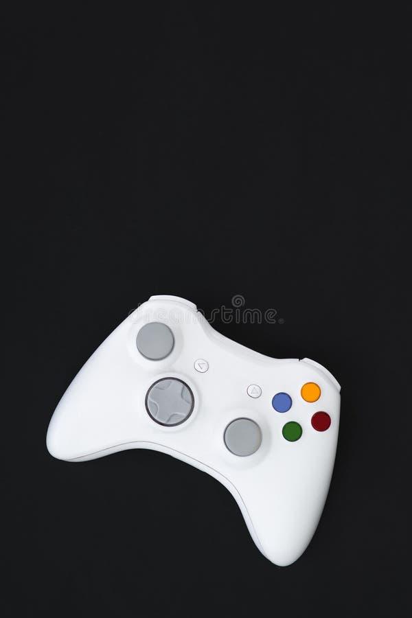 Weißer Steuerknüppel auf schwarzem Hintergrund Das gamepad für die Konsole wird auf einem Gamerkonzept lokalisiert Copyspace flat stockbilder