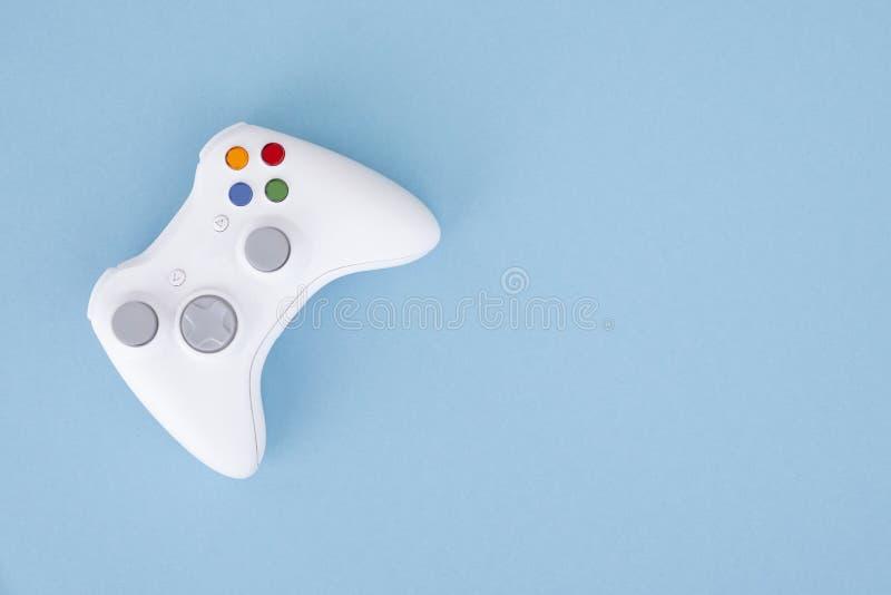 Weißer Steuerknüppel wird auf einem blauen Pastellhintergrund lokalisiert Videospiel Spielkonzept Copyspace lizenzfreie stockbilder