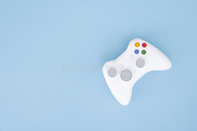 Weißer Steuerknüppel wird auf einem blauen Pastellhintergrund lokalisiert Videospiel Spielkonzept Copyspace Flaylay Copyspace stockfotografie