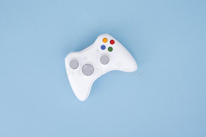 Weißer Steuerknüppel wird auf einem blauen Pastellhintergrund lokalisiert Videospiel Spielkonzept Copyspace Flaylay lizenzfreies stockbild