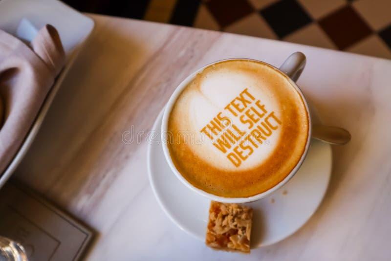 Weißer Tasse Kaffee mit Text auf Marmorhintergrund Gedeck im Restaurant stockbild
