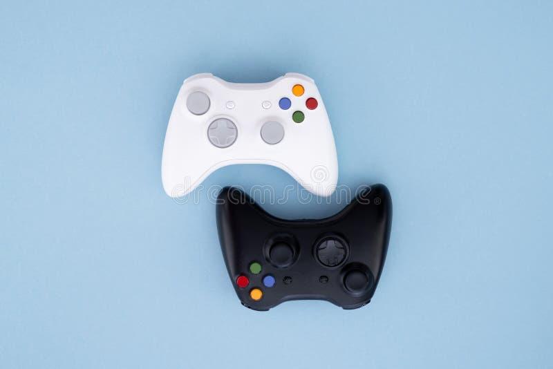 Weißer und schwarzer Steuerknüppel auf einem blauen Pastellhintergrund Gamerkonzept Prüfer für Videospiele lizenzfreies stockfoto