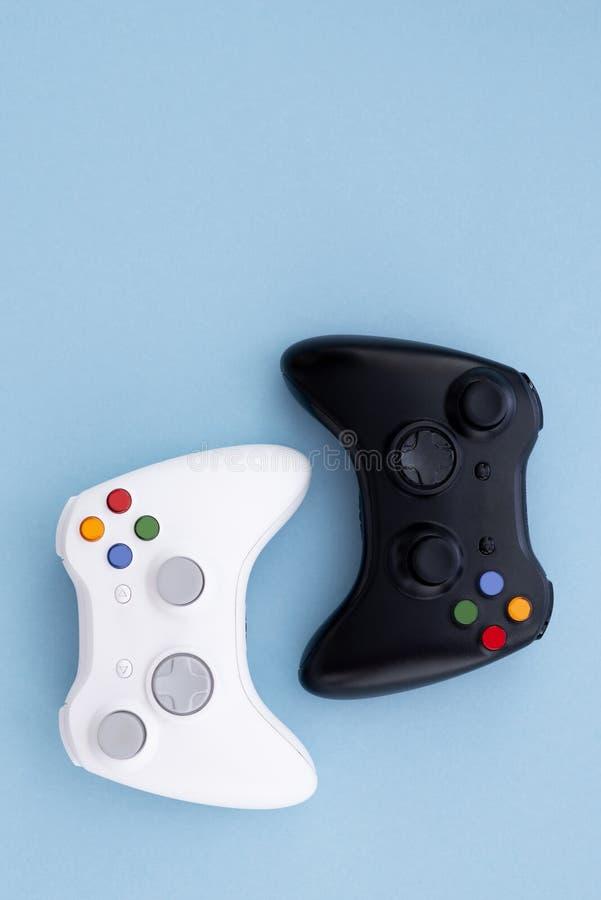 Weißer und schwarzer Steuerknüppel auf einem blauen Pastellhintergrund Gamerkonzept Prüfer für Videospiele lizenzfreie stockbilder
