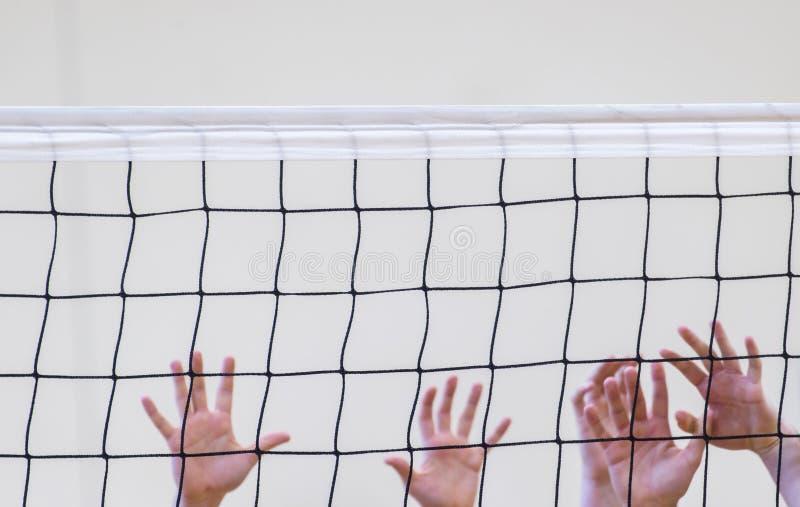 Weißes Netz des Volleyball mit den Mannhänden Prize Cupfußball des Fußballth lizenzfreie stockfotos