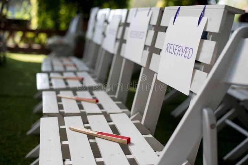 Weißes reserviertes Zeichen auf weißem Stuhl Hochzeit an der im Freien lizenzfreie stockbilder