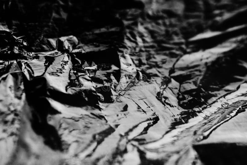 Weißes und schwarzes abstraktes Plastikpaket Abstrakte Reflexionen auf der Plastikoberfläche stockfoto