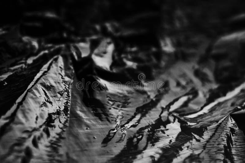 Weißes und schwarzes abstraktes Plastikpaket Abstrakte Reflexionen auf der Plastikoberfläche stockfotografie