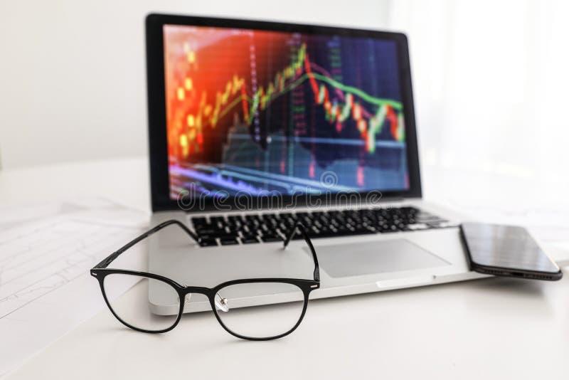Wei?e Tabellenglaskaffeetelefon-Indexwachstumstabelle stockfotos
