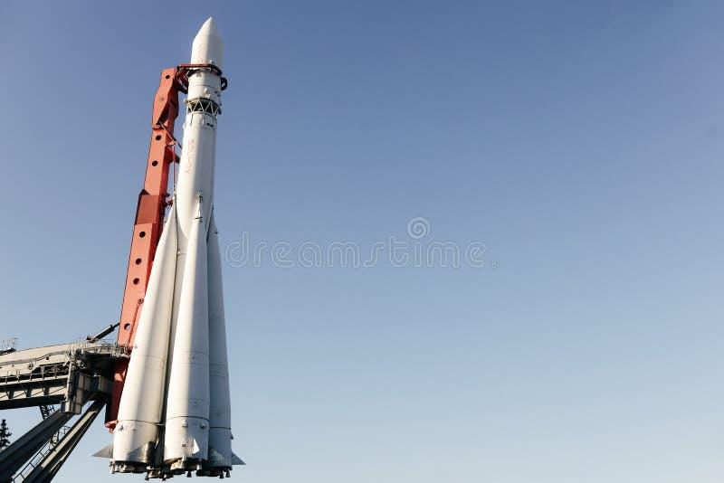 Wei?e vertikale Rakete bereit zum Produkteinf?hrungshintergrund stockfoto