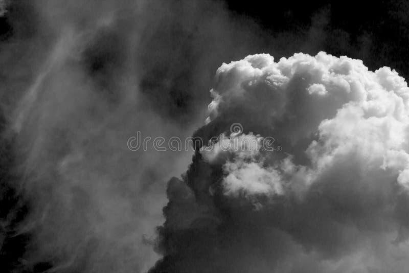 Wei?e Wolke auf schwarzem Hintergrund lizenzfreies stockbild
