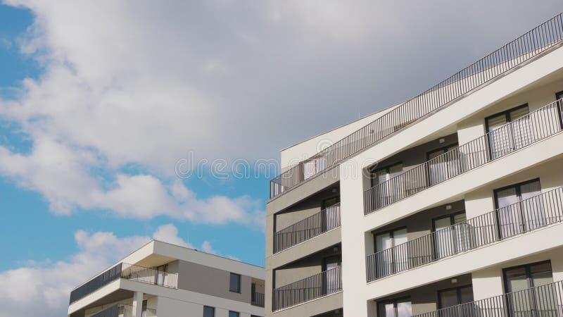 Wei?e Wolken im blauen Himmel lizenzfreie stockfotos