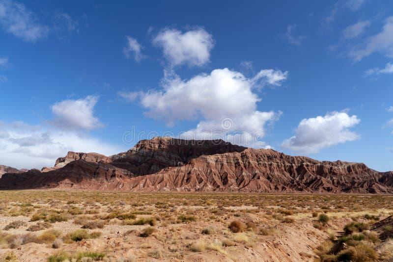 Wei?e Wolken und buntes Wensu Grand Canyon des blauen Himmels im Herbst lizenzfreie stockfotografie