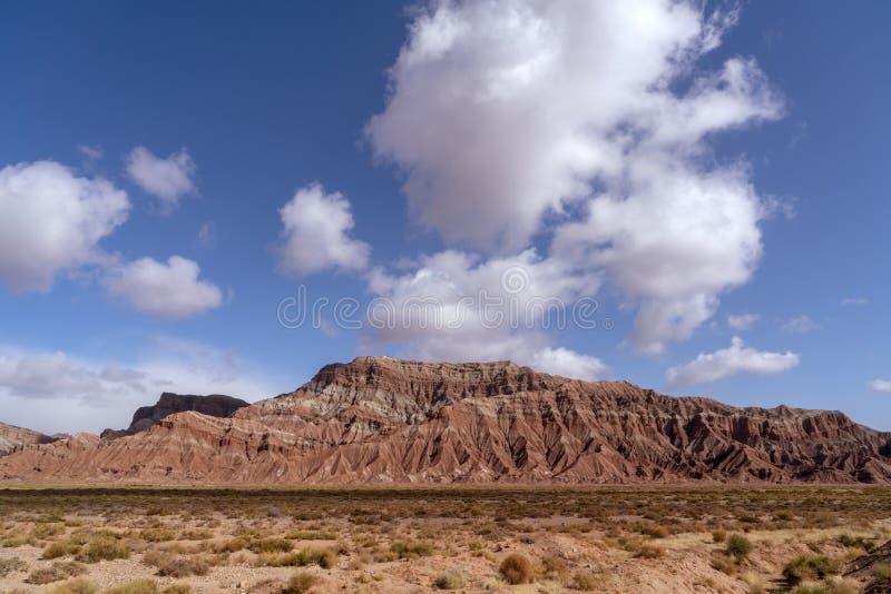 Wei?e Wolken und buntes Wensu Grand Canyon des blauen Himmels im Herbst stockfotografie