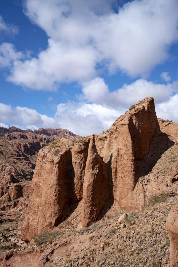 Wei?e Wolken und buntes Wensu Grand Canyon des blauen Himmels im Herbst stockfoto