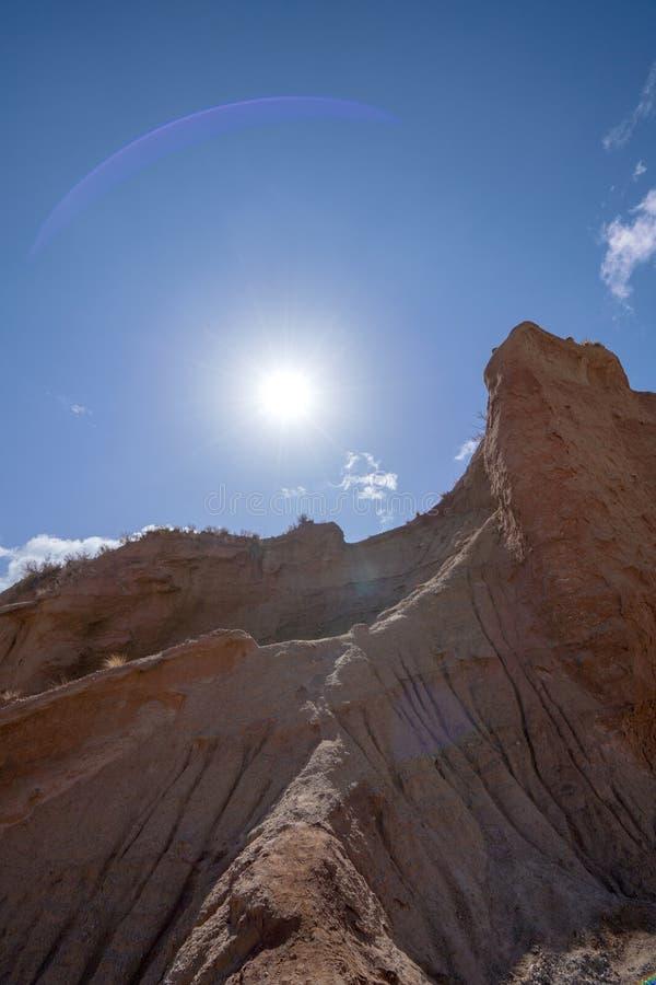 Wei?e Wolken und buntes Wensu Grand Canyon des blauen Himmels im Herbst lizenzfreie stockbilder