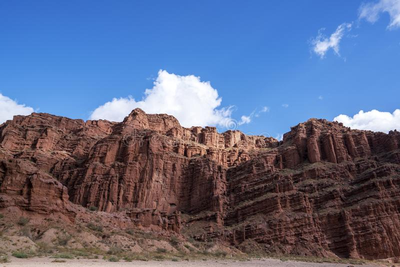 Wei?e Wolken und buntes Wensu Grand Canyon des blauen Himmels im Herbst lizenzfreie stockfotos