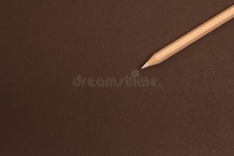 Wei?er Bleistift liegt diagonal auf einem schwarzen Hintergrund stockbilder