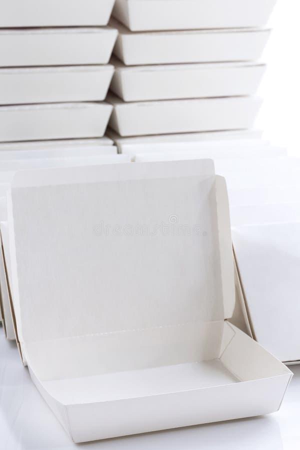 Wei?er Kasten des Pakets des leeren Papiers f?r Nahrungsmittel auf dem wei?en Hintergrund Kaufender Schnellimbiss-Zustelldienst d lizenzfreie stockfotos