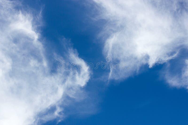Wei?es bew?lktes mit Hintergrund des blauen Himmels lizenzfreie stockfotografie