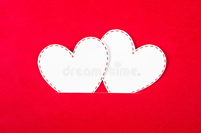 Wei?es Herzpapier auf Rot lizenzfreie stockfotos