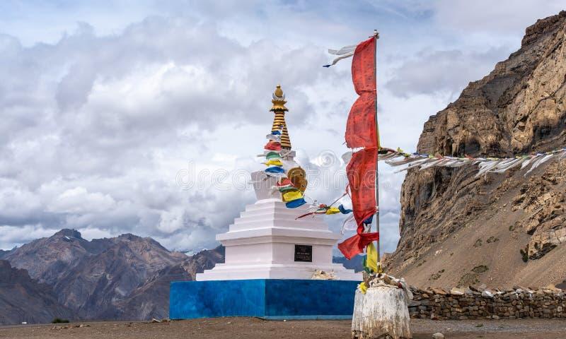 Wei?es stupa, buddhistische, betende Flaggen, Spiti-Tal lizenzfreie stockfotografie
